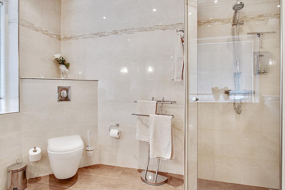 Nyt badeværelse med håndfrit Grohe armatur og gulvvarme i Hedehusene nær Roskilde - håndværker.dk