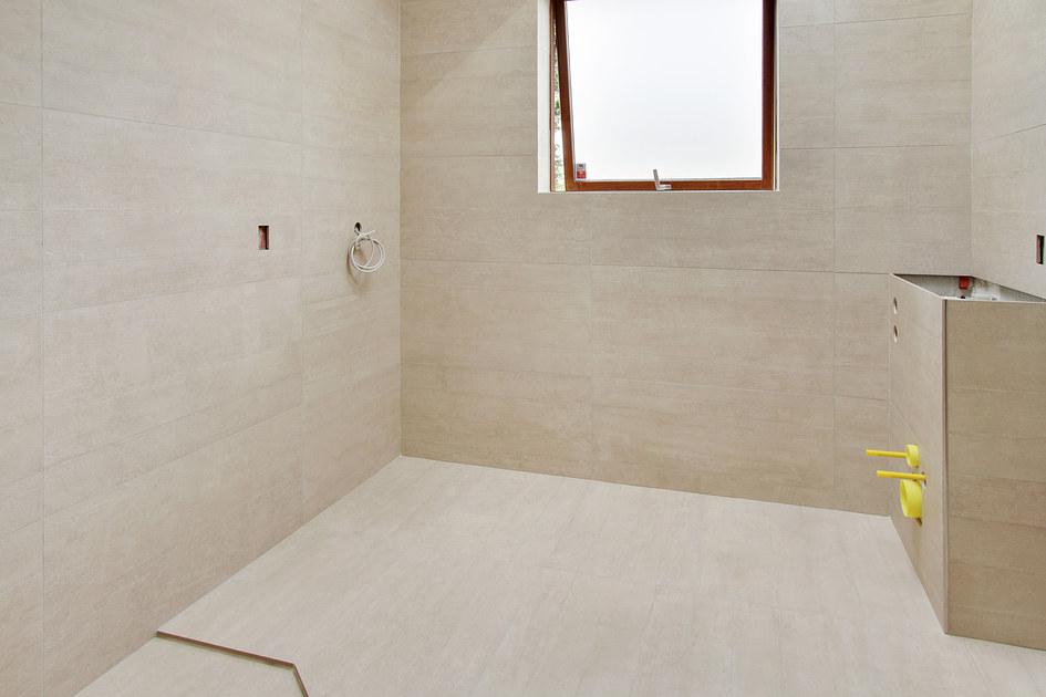 Badeværelse på 5,6 m2- nye fliser på gulv og vægge - håndværker ...