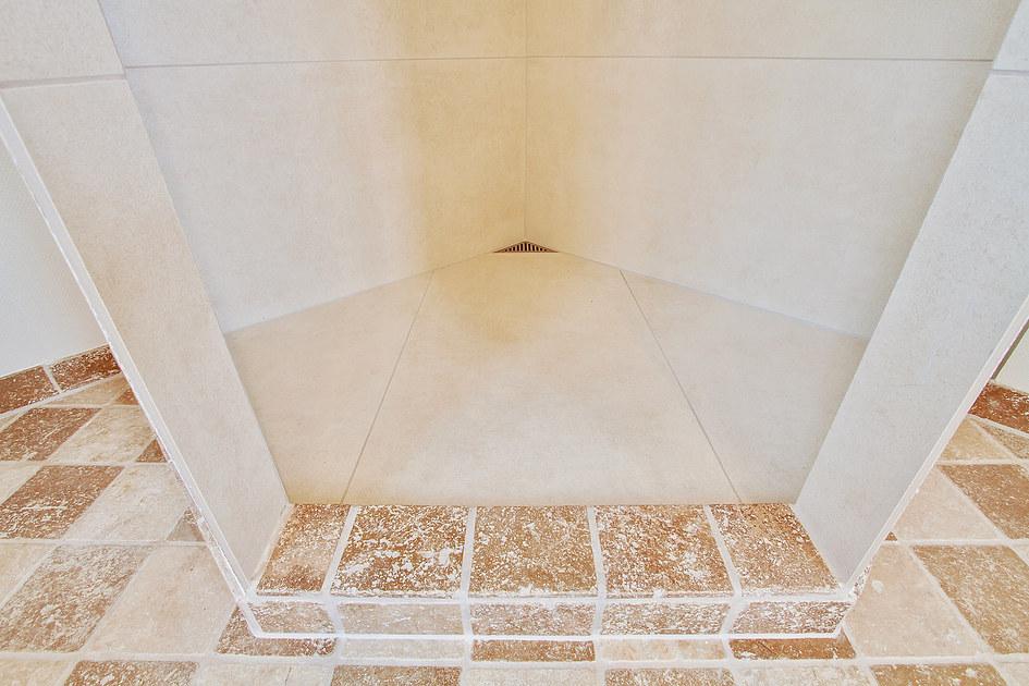 ... badeværelse på 13 m2 med travertin fliser på gulv og væg i Årslev