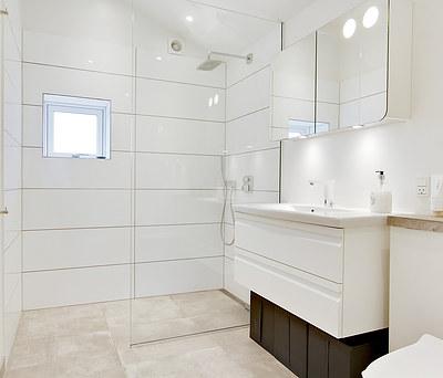 Nyt badeværelse og køkken med Hansgrohe armaturer i Smørum nær Ballerup
