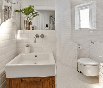 Nyt 6 m2 badeværelse med hvide metrofliser og Duravit toilet på Østerbro, København