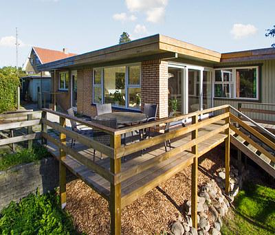 Ny hævet træterrasse med gelænder og trappe i Helsinge