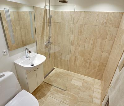 Nyt flot badeværelse på 2,7 m2 med natursten i København NV